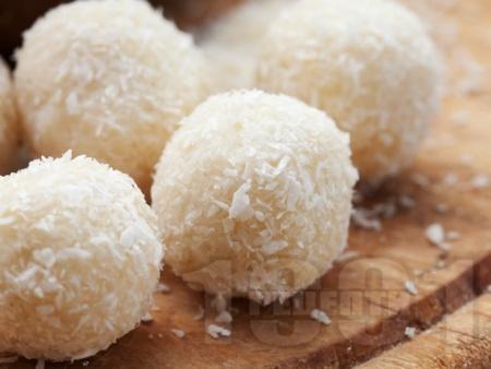 Домашни бонбони Рафаело с кокос - снимка на рецептата